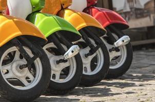 trois cyclomoteurs peints en papier peint jaune vert rouge photo