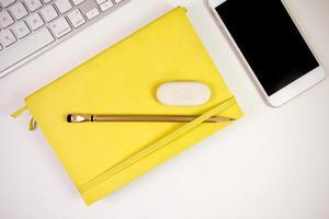 carnet de croquis crayon gomme téléphone et clavier photo