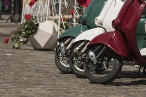 trois cyclomoteurs peints aux couleurs du drapeau italien photo