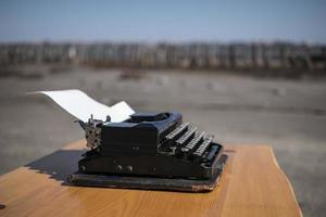 machine à écrire sur la table dans l'estuaire en plein air sur l'arrière-plan photo
