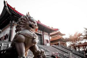 Statue en pierre de lion sur le temple chinois en Thaïlande photo