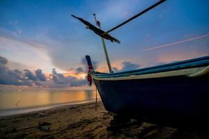 quai de bateau au crépuscule photo