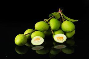 gros plan mangifera mangue sur noir photo