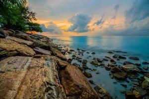 barrage de plage au crépuscule photo