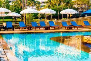 beau parasol et chaise autour de la piscine de l'hôtel et du complexe photo