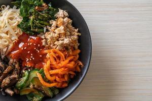 salade coréenne épicée avec du riz cuisine traditionnelle coréenne bibimbap photo