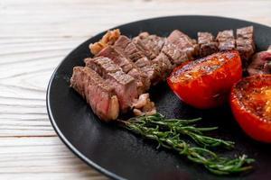 steak de bœuf saignant à point grillé photo