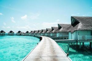 bel hôtel de villégiature tropical maldives et île avec plage et mer photo