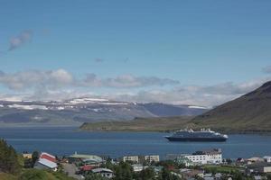 Bateau de croisière amarré dans le village d'isafjordur en islande photo