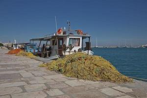 bateaux et filets de pêche prêts et préparés sur l'île de zakynthos en grèce photo