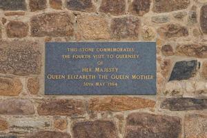 dédicace à la reine elizabeth la reine mère commémorant la date de sa quatrième visite à guernesey photo