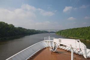 bateau de croisière naviguant à travers le canal de kiel en allemagne photo