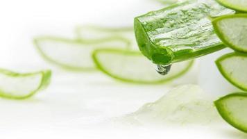 gel d'aloe vera dégoulinant d'aloe vera slice concept de soins de la peau bio aloe vera tranché cosmétiques de renouvellement biologique naturel photo