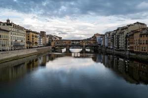 une vue sur l'arno depuis un pont à florence photo