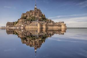 Mont saint michel village un site du patrimoine mondial de l'unesco en normandie france photo