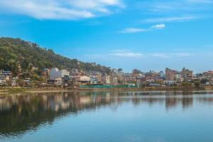 Paysage du lac de fewa à pokhara au népal photo