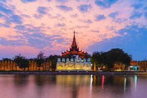 vue nocturne du palais de mandalay au myanmar photo