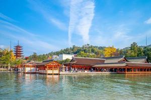 Sanctuaire d'itsukushima sur l'île de miyajima à hiroshima au japon photo