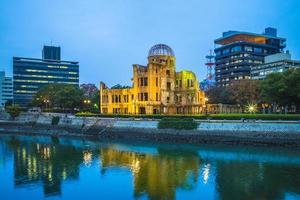 dôme de genbaku du mémorial de la paix d'hiroshima la nuit photo