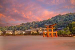 Torii flottant du sanctuaire d'itsukushima à hiroshima au japon photo