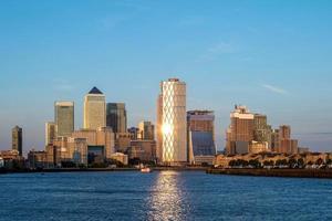Horizon de Londres à Canary Wharf par la Tamise photo