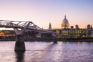 Vue nocturne de la cathédrale St Paul à Londres, Royaume-Uni photo