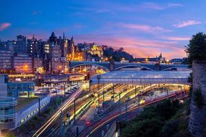 Vue nocturne de la gare de Waverley à Edimbourg, Ecosse photo
