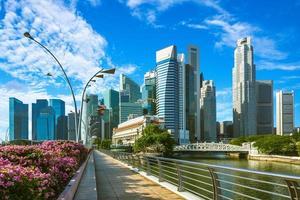 Horizon du quartier financier de Singapour par la baie de la marina photo