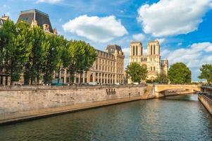 Cathédrale Notre Dame de Paris et Seine à Paris, France photo