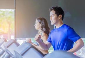 jeune couple exerçant dans la salle de gym concept d'exercice sain photo