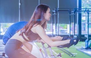 belle femme exerce dans la salle de gym photo