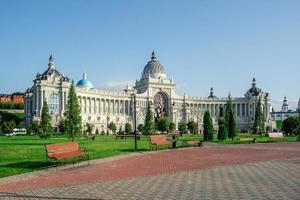 Le palais agricole vue sur le remblai de kazanka près du kremlin kazan russie photo