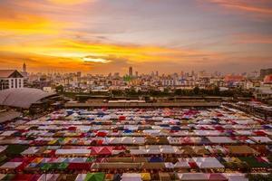 Marché de nuit du train Ratchada à Bangkok, Thaïlande photo