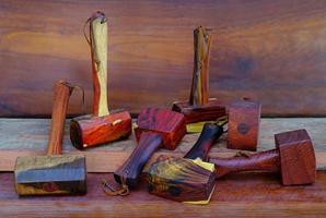 ensemble de marteau en bois de maillet en bois de rose outil fait à la main en thaïlande pour être utilisé par un charpentier dans l'atelier sur l'ancien établi photo