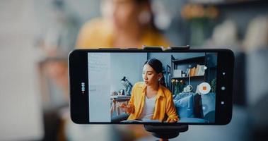 jeune femme asiatique professeur d'anglais appel vidéo sur smartphone conversation par webcam apprendre enseigner dans le chat en ligne à la maison photo