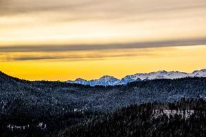 lever de soleil doré au-dessus des montagnes photo