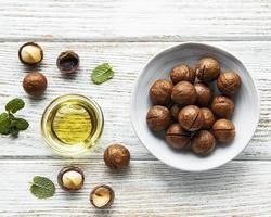 huile de macadamia naturelle et noix de macadamia photo