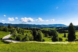 route à flanc de colline photo