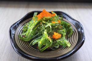 délicieuse salade d'algues fraîches dans un plat photo