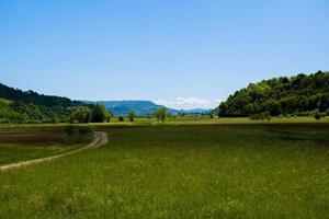 prairie verte entre les collines photo