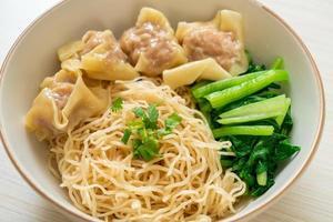 nouilles aux œufs séchées avec wonton de porc ou boulettes de porc sans soupe - style cuisine asiatique photo