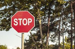 panneau de signalisation d'arrêt dans la rue photo