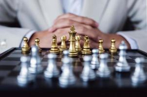 jeu d'échecs représentant la compétition pour combattre dans le monde des affaires photo