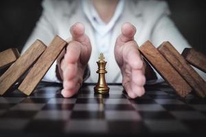 concept de compétition commerciale avec table de jeu d'échecs photo