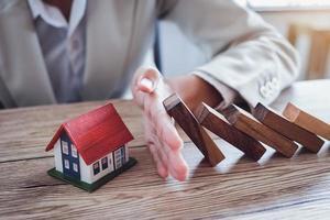 protéger la maison de tomber sur les blocs de bois photo