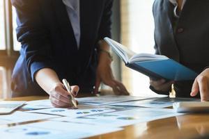 un conseiller en affaires explique les statistiques des graphiques photo