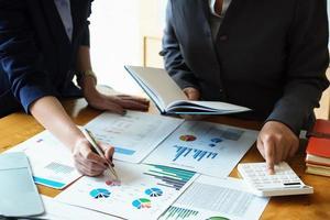 un conseiller en affaires explique les statistiques des graphiques et les moyens d'augmenter les bénéfices photo