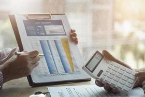les agents immobiliers discutent des prêts et des taux d'intérêt photo
