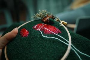 processus de broderie avec du fil de coton de chapeau de champignons photo