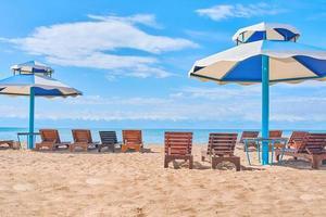 parasols du soleil avec des sièges sur le lac photo